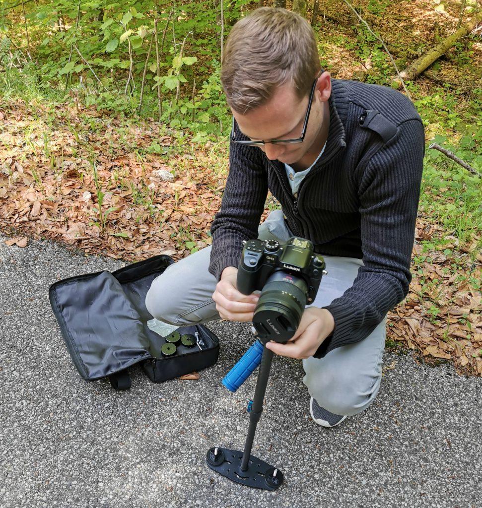 Marcel Schubert stellt die Kamera auf
